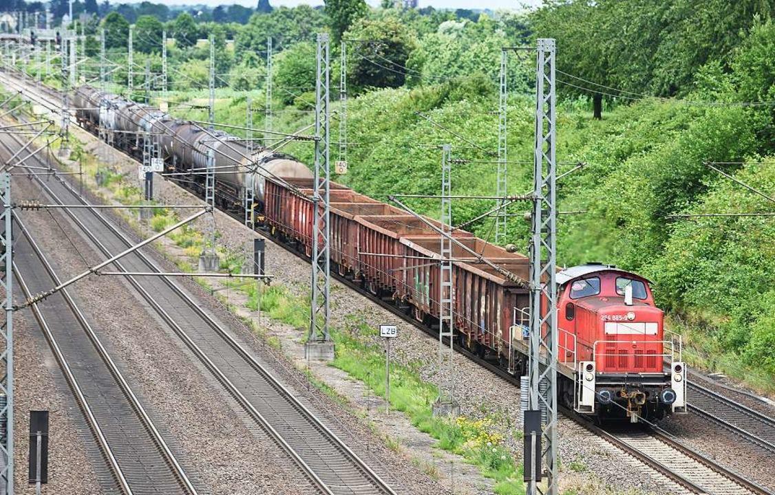 Ein Güterzug auf der Rheintalbahn  | Foto: dpa