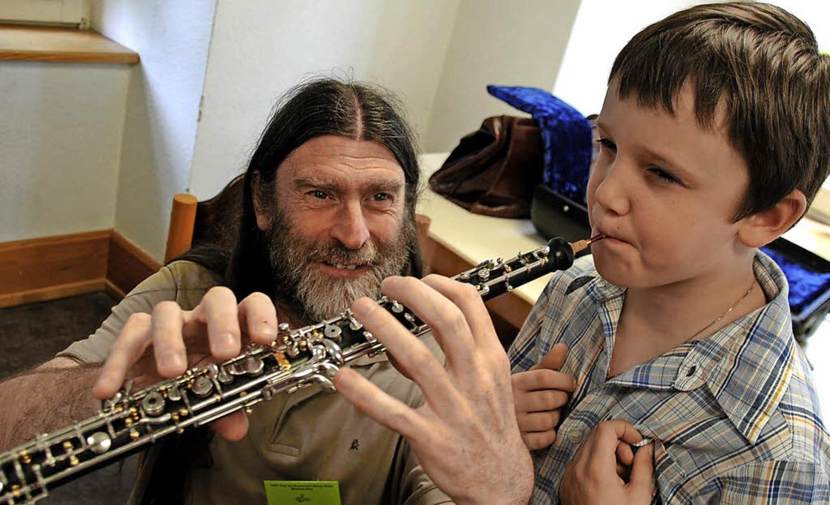 Unter Anleitung von Hans-Jürgen Wäldel... dieser Junge, eine  Oboe zu spielen.   | Foto: Sedlak