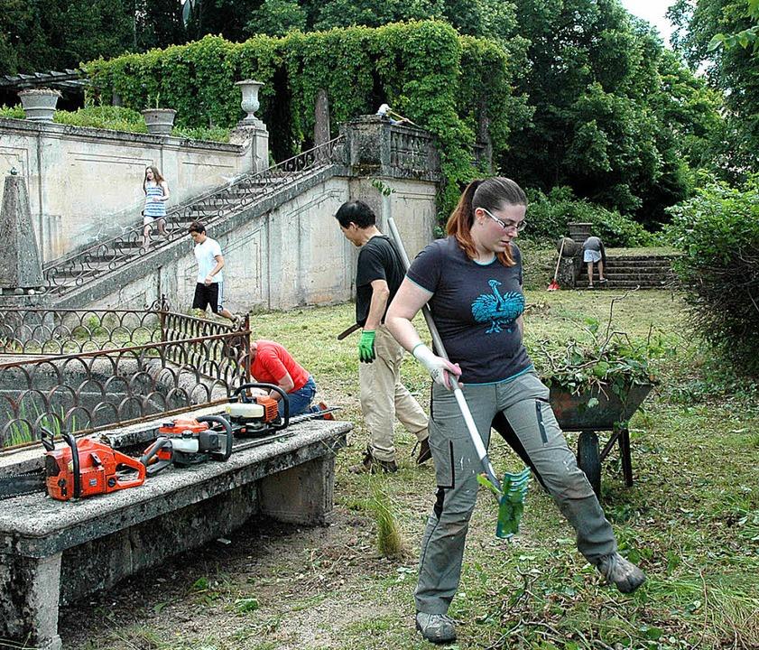 30 Freiwillige legten sich mächtig ins...Freiwilligen wieder in Form gebracht.     Foto: Christiane Sahli