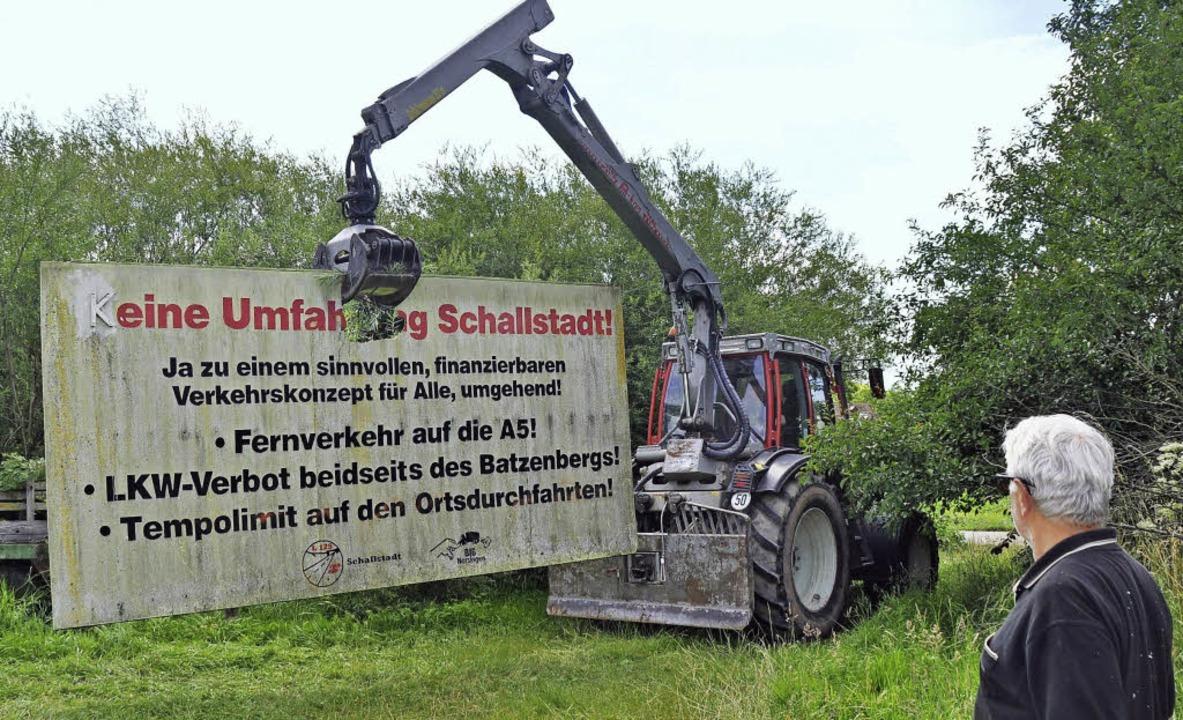 """Das Ende des sichtbaren Protests: Die ...25 Voraus"""" baut ihre Tafeln ab.     Foto: Julius Steckmeister"""