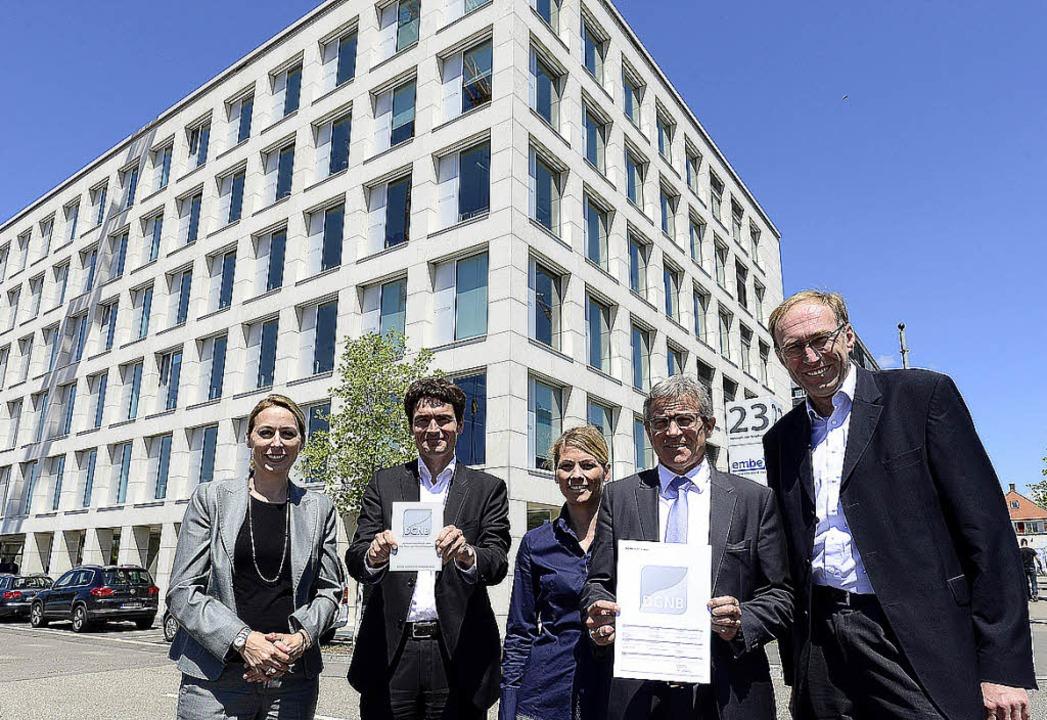 Freudige Gesichter vor dem Embex-Haus ...reiburgs Baubürgermeister Martin Haag.  | Foto: Ingo Schneider