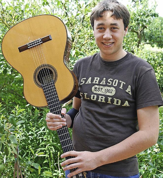 Fabian Müller-Trefzer war mit seiner  Gitarre bei Jugend musiziert erfolgreich.   | Foto: Sophia Hesser