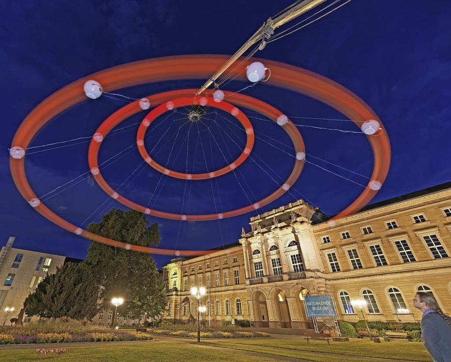 Das Heaven's Carousel in Aktion ...en sich an Licht und Klang (rechts).    | Foto: ZKM/ONUK/ Daniel T. Braun