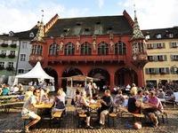 Freiburger Weinfest bei br�tender Hitze er�ffnet