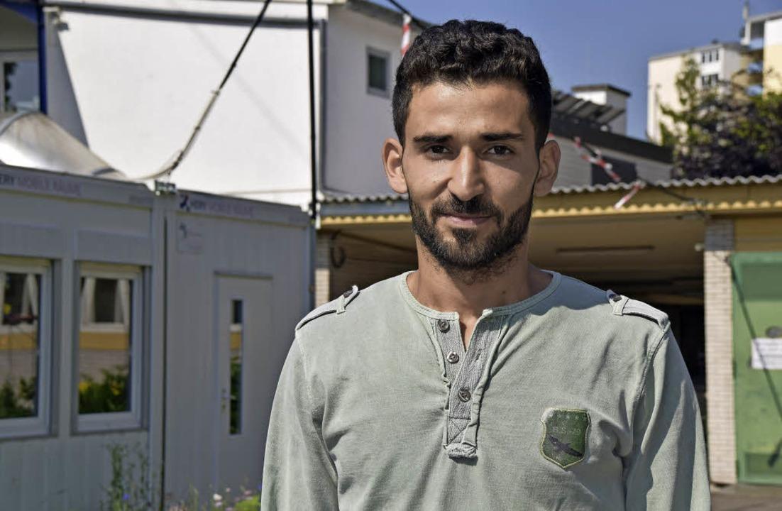 Der 25 jährige Tischler Omar Youseef in der Gewerbeschule lernt Deutsch.   | Foto: Sarah Nöltner