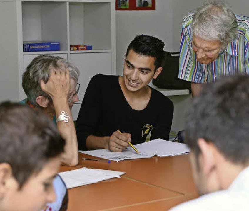 Kawoon (15) aus Afghanistan bekommt Un...g von Klaus Kempff (rechts neben ihm).  | Foto: Rita Eggstein