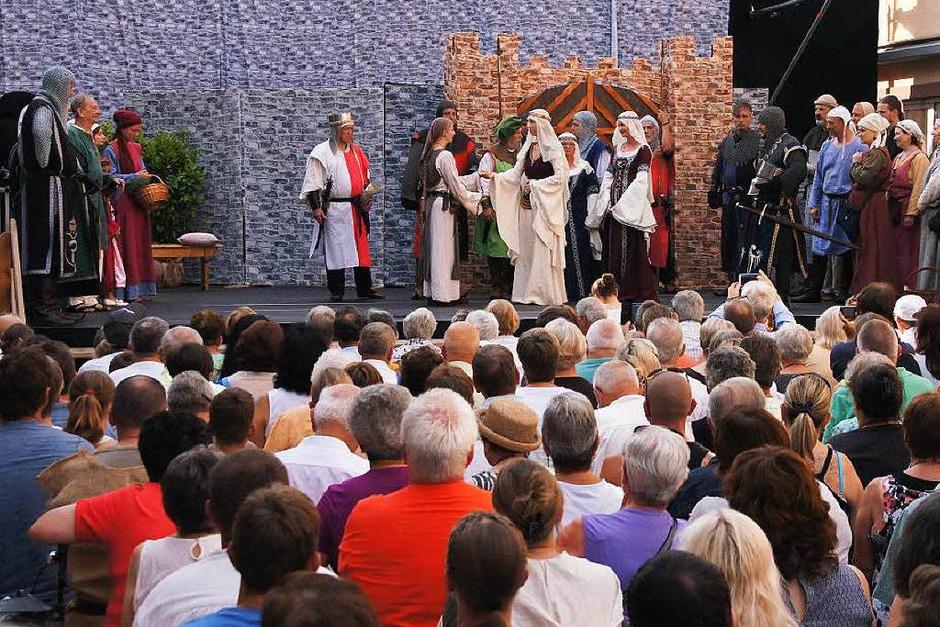 """Bürgerschauspiel zum historischen Altstadtfest: """"Das Weiberlehen zu Kenzingen"""" mit großem Bühnenbild und vielen Mitwirkenden (Foto: Ilona Huege)"""
