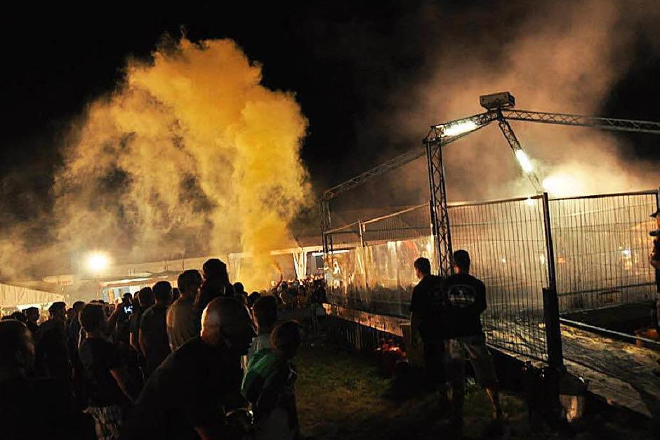 Rauchende Reifen, glühende Bremsscheiben: Die Burn-out-Party in Bergalingen in Bildern.