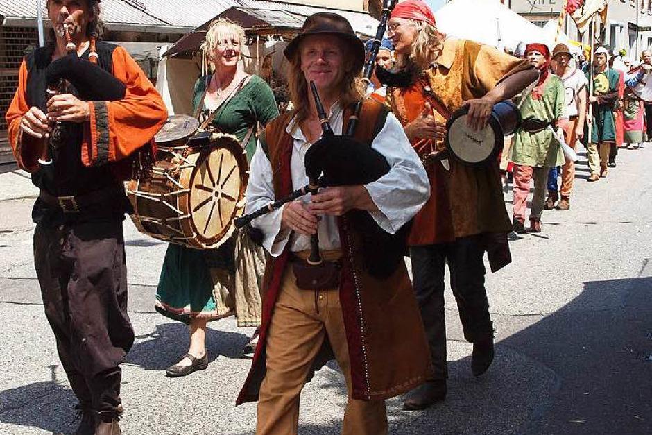 Historisches Altstadtfest in Kenzingen: Auftaktumzug unter heißer Sonne (Foto: Michael Haberer)