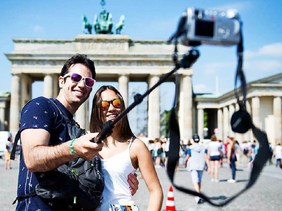 Noch sind Sefie-Sticks vor dem Brandenburger Tor erlaubt.   | Foto: dpa