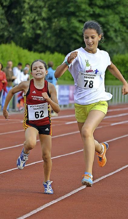 Alina Herr (links) überholt kurz vor dem Ziel Lilli Schmitt.   | Foto: Junkel