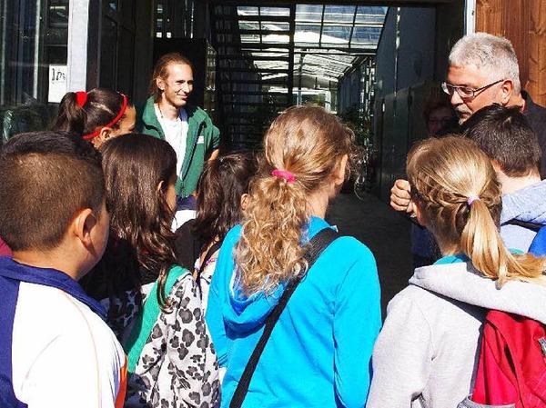 Herzlich willkommen! Professor Thomas Speck, der Leiter des Botanischen Gartens und Auszubildender Gregor Frank begrüßten die Zisch-Klasse.