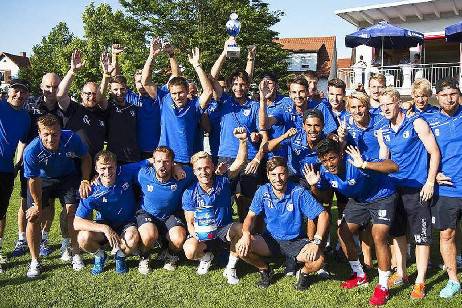 Der Cup geht an die Blauen: Der Drittligist 1. FC Magdburg sichert sich den Gesamtsieg bei der 31. Auflage des Kaiserstuhlcups in Bahlingen. (Foto: Daniel Fleig)