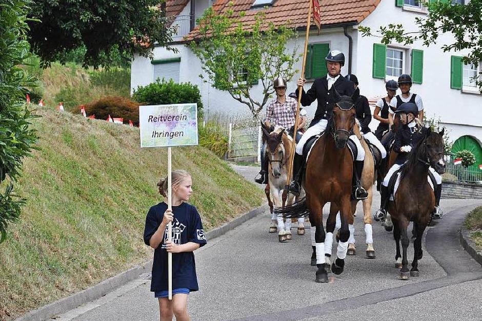 Hoch zu Ross und gut zu Fuß ziehen Musikkapellen und Trachtengruppen durch Wasenweiler. (Foto: Kai Kricheldorff)
