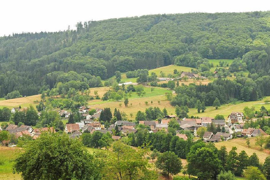 Der Spaziergang durch Schlächtenhaus und Hofen lohnt sich. In beiden Orten finden sich uralte Höfe in großer Zahl. (Foto: Robert Bergmann)