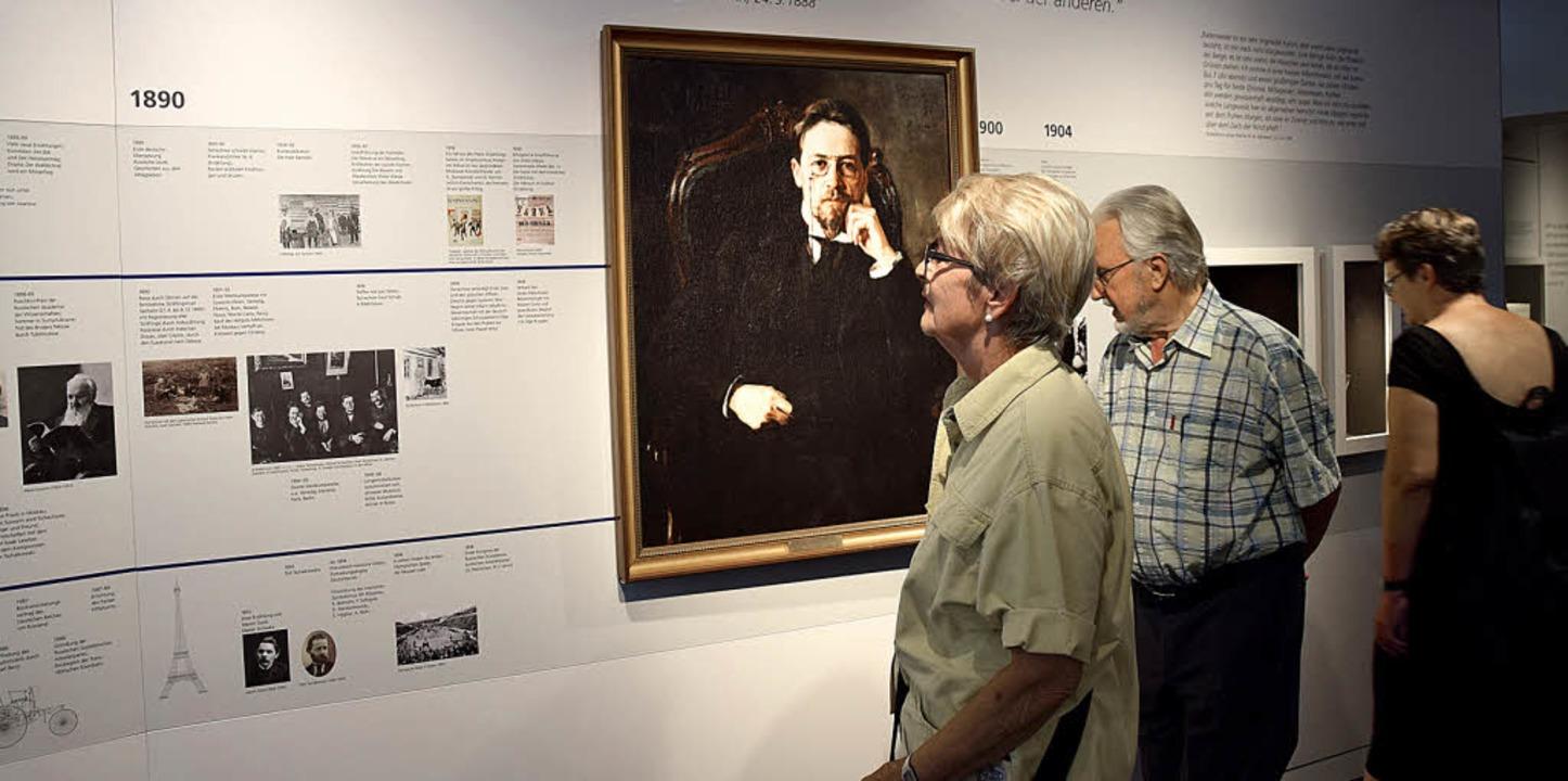Eine umlaufende Zeitleiste informiert über das Leben Anton Tschechows.     Foto: Beatrice Ehrlich