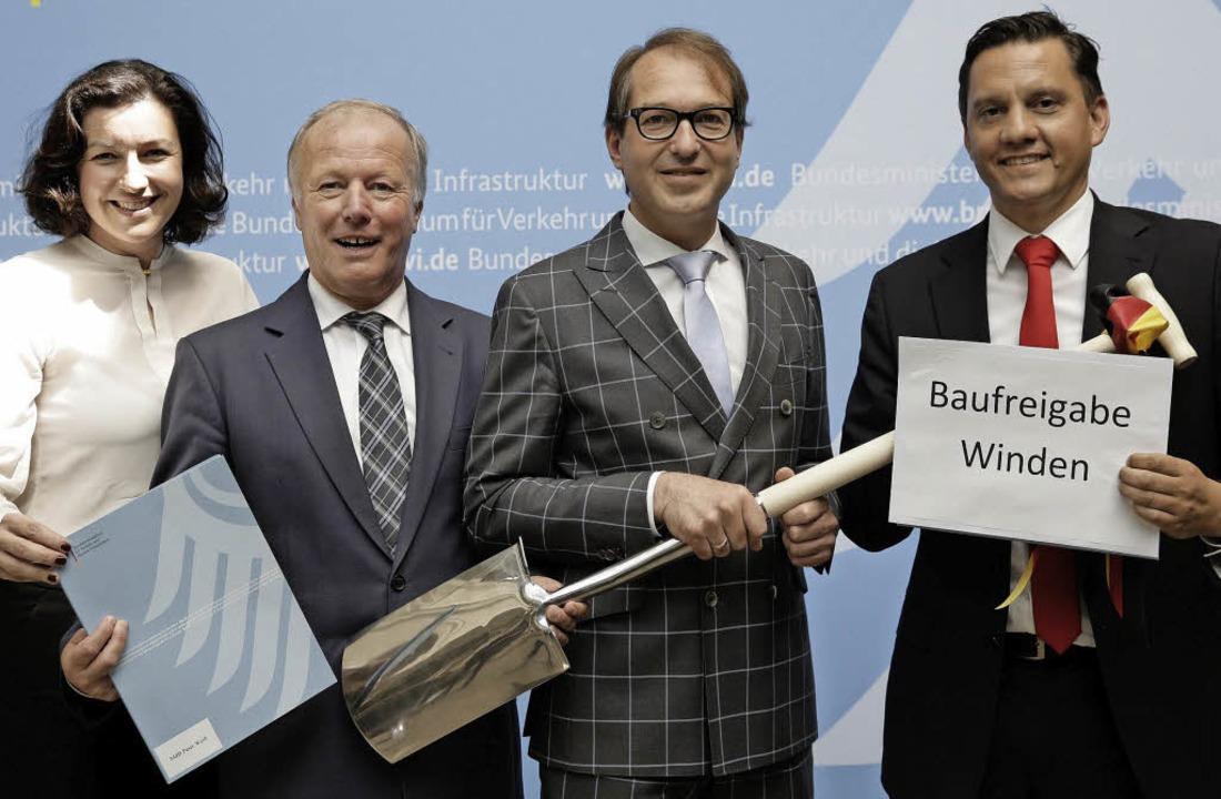 Glückliche Politiker: Von links Staats...xander Dobrindt und Johannes Fechner.   | Foto: ZVG