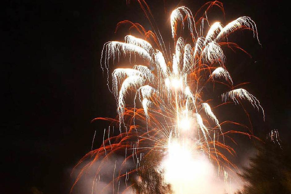 Ein Feuerwerk schloss das Lichterfest in Lenzkirch ab. (Foto: Dennis Wipf)