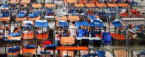 Fl�chtlinge ziehen in Sporthallen - keine R�ckkehrpr�mie