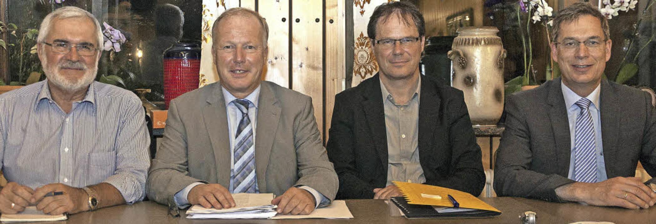 Über das Thema Flüchtlinge diskutierte...) und Landrat Hanno Hurth (von links).  | Foto: Helmut Rothermel