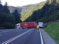 Nach Unfall: LKW blockiert B 31, H�llental gesperrt