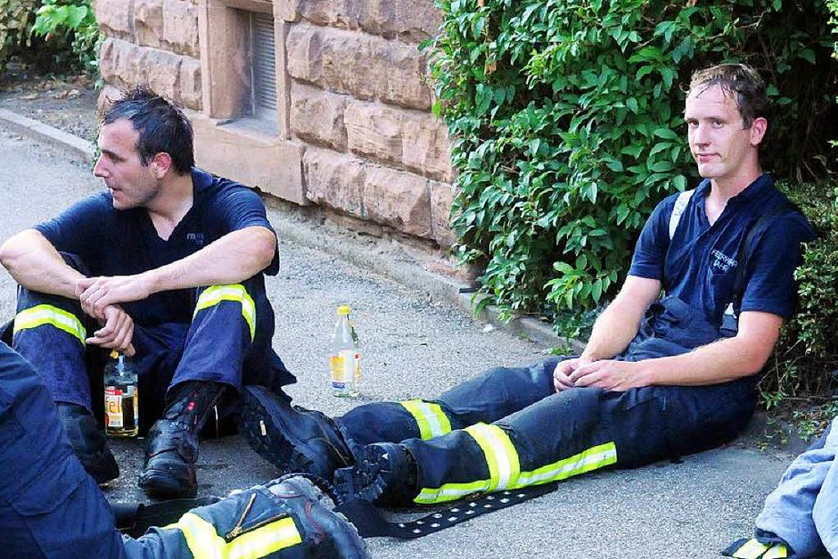 Erschöpfte Feuerwehrmänner nach einem schweißtreibenden Einsatz (Foto: Wolfgang Künstle)
