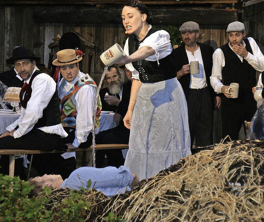 Theresia schenkt  Lorenz bei der Hochzeit Freibier aus   | Foto: Antje Walter