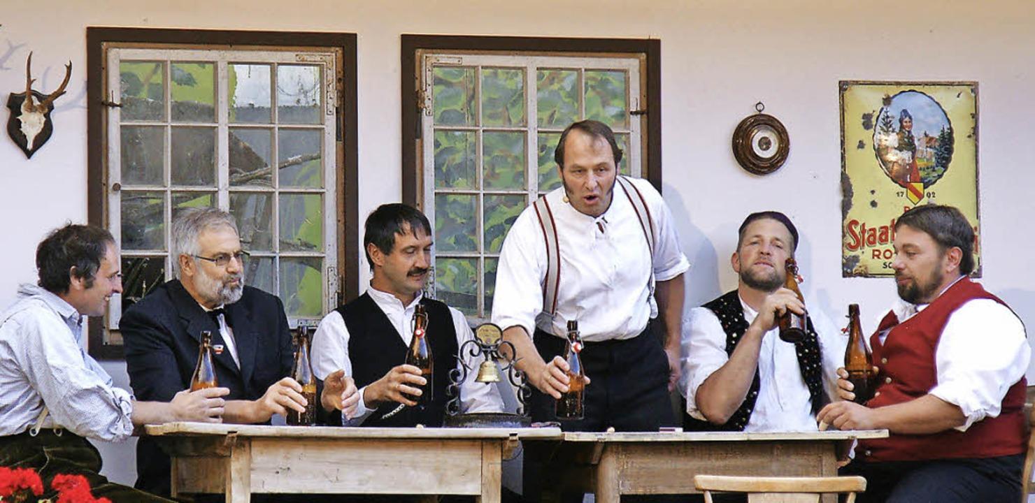 Am Stammtisch trinkt man aus  Bierflaschen der Jahrhundertwende.  | Foto: Antje Walter