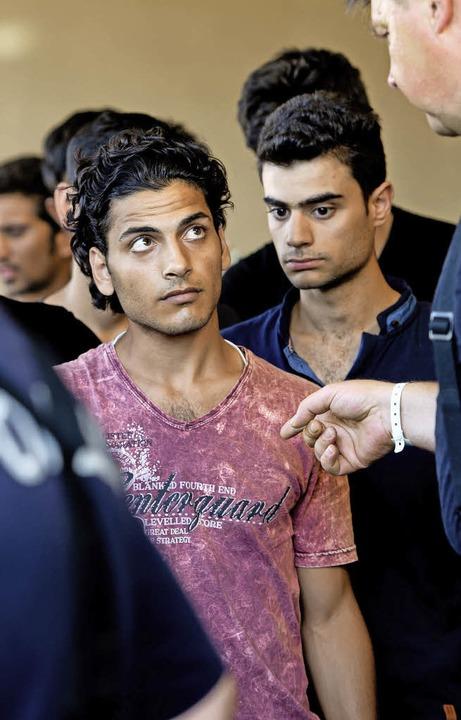 Junge Flüchtlinge bei ihrer Registrierung.   | Foto: dpa