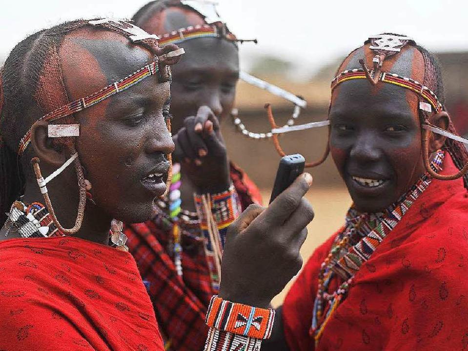 Südkenianer mit Handy   | Foto: dpa