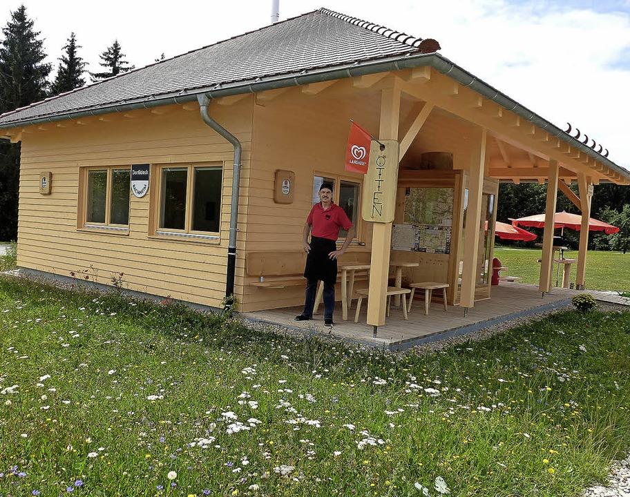 Christoph Vögelin vor seinem neuen Dorfkiosk.   | Foto: Karla Scherer