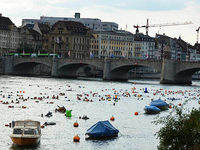1600 Menschen gehen in Basel baden – im Rhein