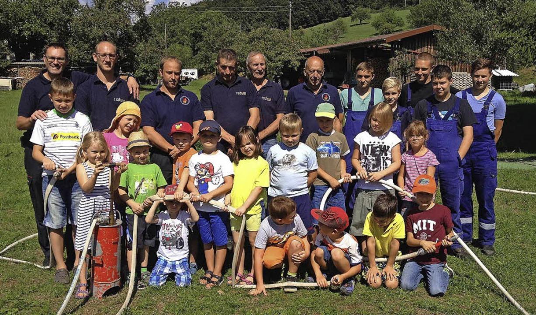Die Feuerwehrmänner mit den Kindern   | Foto: Johanna Högg