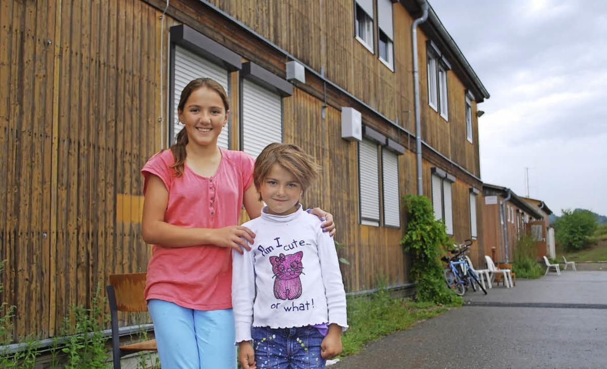 Zwei Flüchtlingsmädchen vor der Gemeinschaftsunterkunft in Efringen-Kirchen.   | Foto: Thomas Loisl Mink