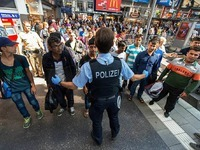 Fl�chtlingsz�ge bringen 2000 Menschen nach Deutschland