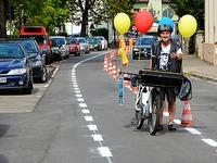Stadt malt Fahrradweg mitten auf die Stra�e - �berholverbot