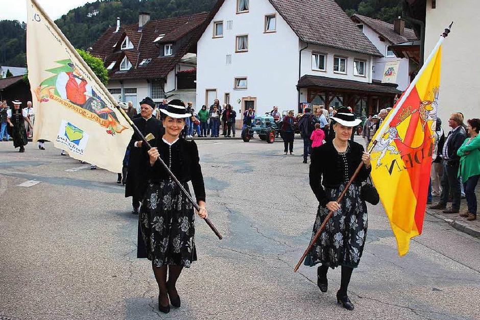 Der Festumzug zum Kreistrachtenfest ist eröffnet: Vornweg laufen die Trachtenkapelle Bleibach und der Trachten-, Heimat- und Brauchtumsverein Zweitälerland. (Foto: Karin Heiß)