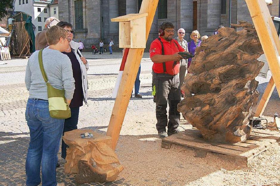 Ordentlich Späne fliegen beim Holzbildhauer-Symposium in St. Blasien. (Foto: Claudia Renk)