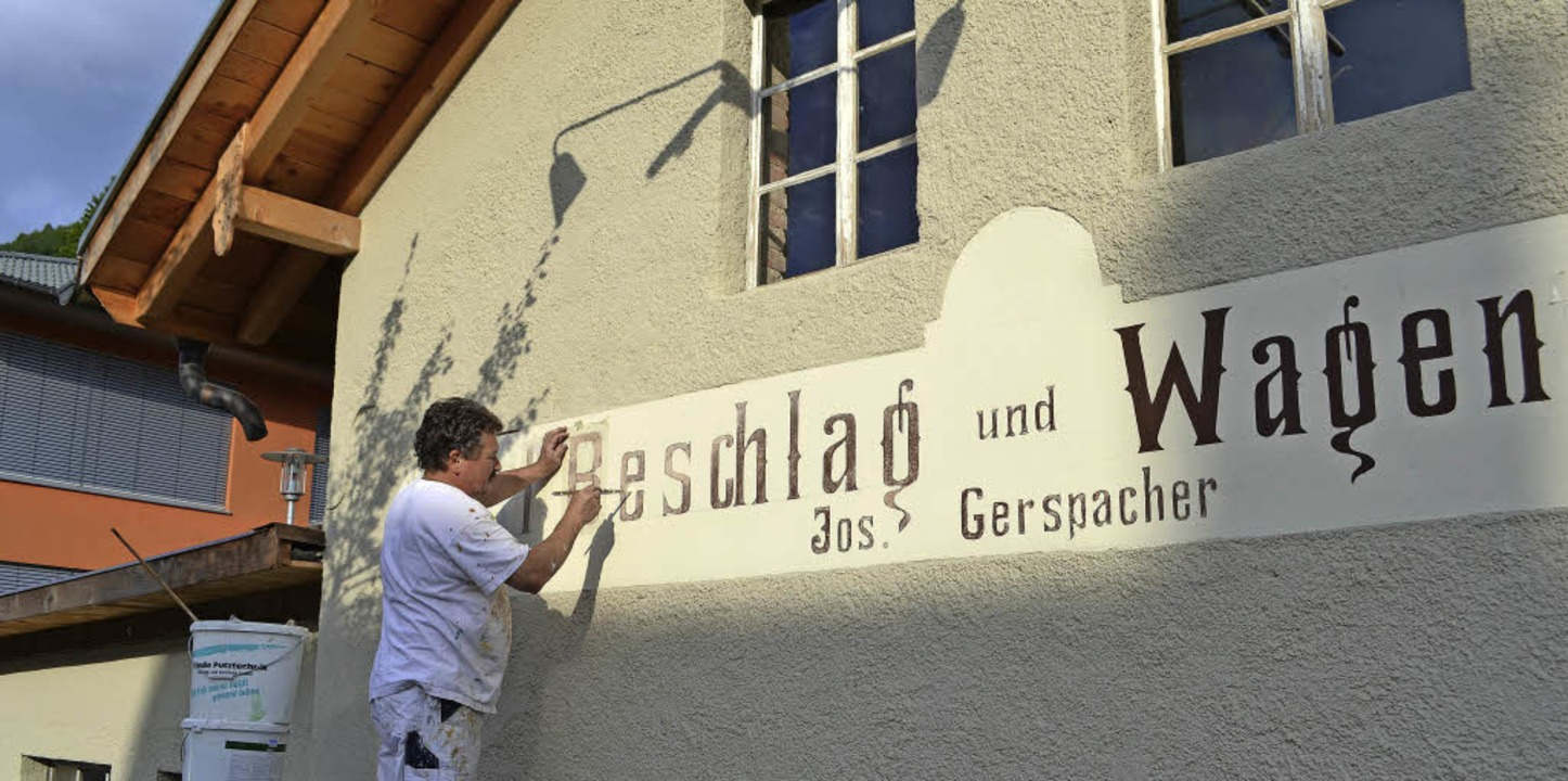 Herausgeputzt für den Denkmalstag: Mal...d bei der Beschriftung der Fassade an.    Foto: Paul Berger