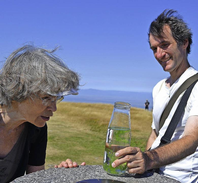 Bei einer Belchen-Exkursion erläuterte... Hier hat er Bärwurz in der Flasche.    | Foto: Paul Berger