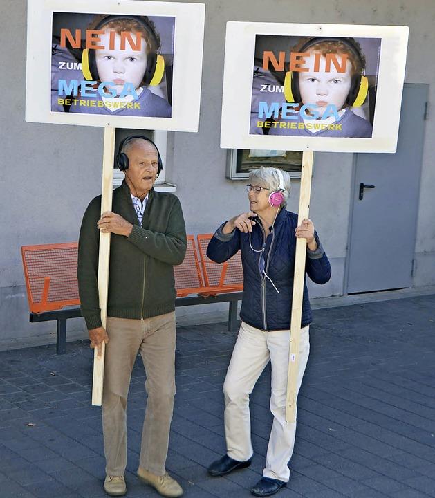 Erwarteten den Zug bereits: Demonstran...n Ausbau des Bahnbetriebswerks Staufen    Foto: Nikola Vogt