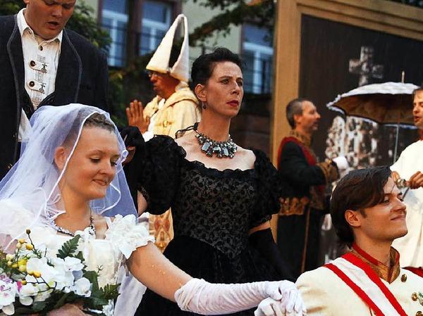Die Hochzeit von Sissi und dem jungen Kaiser Franz Josef - kritisch beäugt von dessen gestrenger Mutter Sophia
