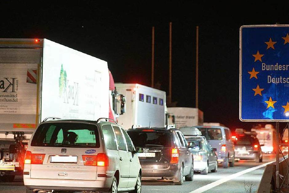 Kilometerlange Staus vor dem Grenzübergang zwischen Salzburg und Walserberg in Deutschland entstanden infolge der Grenzkontrollen. (Foto: dpa)