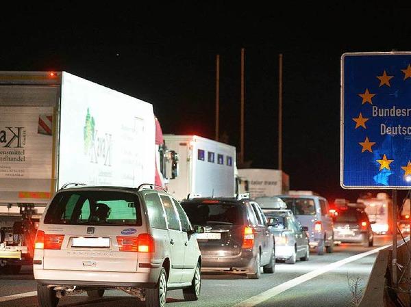 Kilometerlange Staus vor dem Grenzübergang zwischen Salzburg und Walserberg in Deutschland entstanden infolge der Grenzkontrollen.