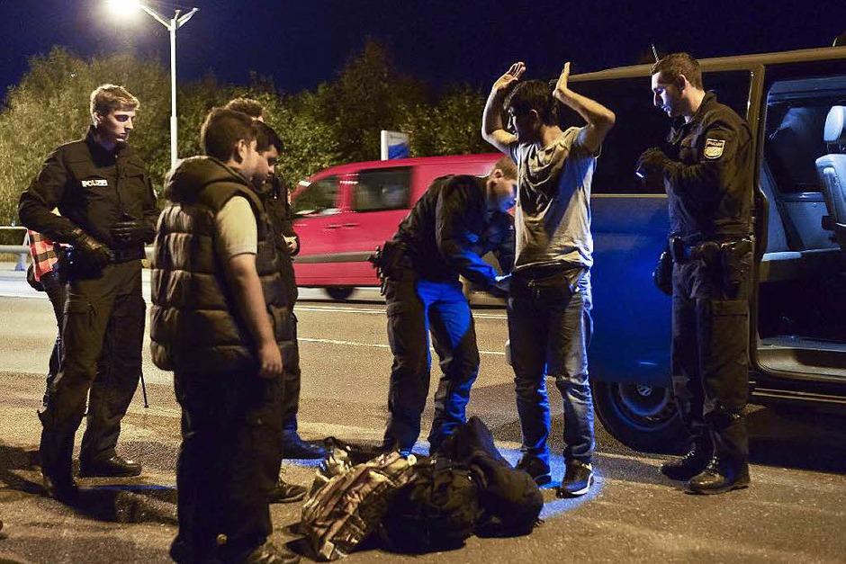Ein syrischer Migrant wird bei der Grenzkontrolle zwischen Salzburg und Freilassing kontrolliert. (Foto: AFP)