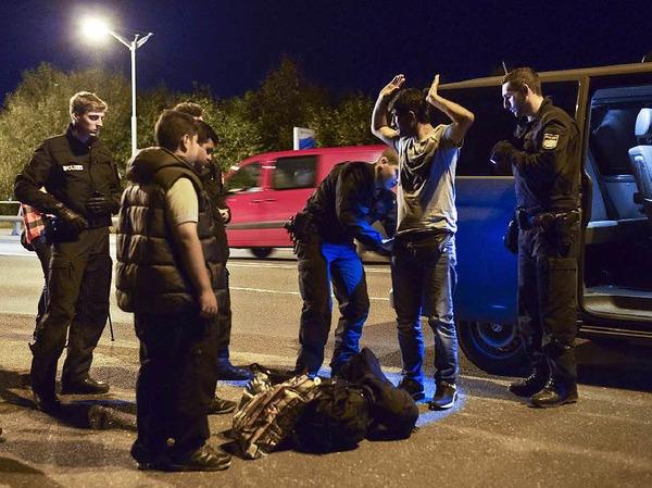 Ein syrischer Migrant wird bei der Grenzkontrolle zwischen Salzburg und Freilassing kontrolliert.
