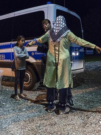 Eine syrische Frau und ihre Tochter werden an der deutsch-österreichischen Grenze kontrolliert.