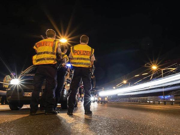 Bei Grenzkontrollen an der Grenze zwischen Deutschland und Österreich bei Freilassing  wurden seit Sonntagabend mehrere syrische Flüchtlinge und ein italienischer Schleuser festgenommen.
