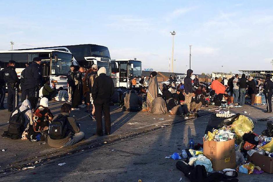 Flüchtlinge warten in Nickelsdorf, Österreich, weil sie nicht nach Deutschland weiter reisen dürfen. (Foto: dpa)