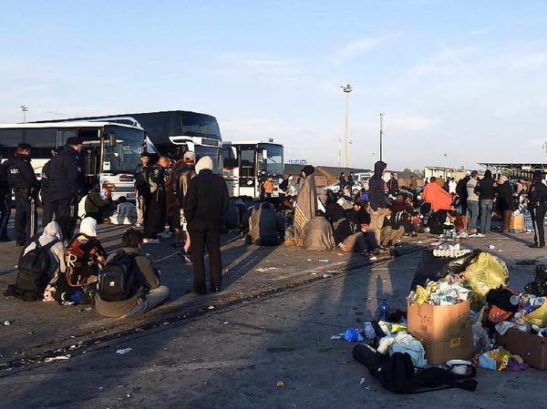 Flüchtlinge warten in Nickelsdorf, Österreich, weil sie nicht nach Deutschland weiter reisen dürfen.
